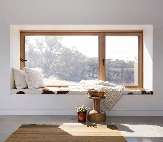 cantinho da leitura ao lado da janela com decoração minimalista #leitura #biblioteca #decor