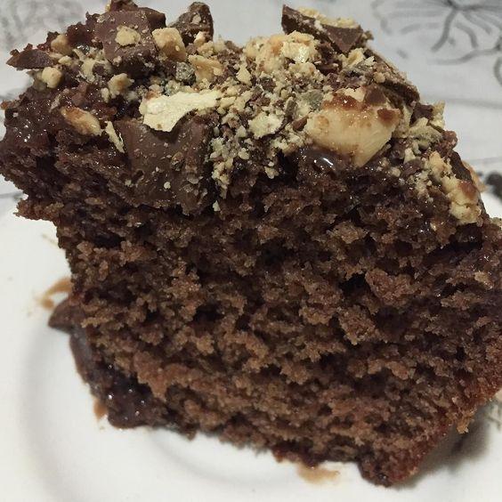 Que tal um bolo de chocolate para a tarde de sexta? Fica a idéia do bolo que fiz ontem um bolo de chocolate incrementado! Só fazer um bolo de chocolate bem fofinho cobrir com uma calda de brigadeiro mole e chocolate sonho de valsa triturado!Fica booooom demais se joga e esquece a palavra caloria nessa hora  #bolo #bolodechocolate #sonhodevalsa #bolocomcobertura #donadecasa #nacozinha #cozinhando #cozinha #cozinhandocomamor #tempero #instablog #instafood #food #comida  #fome #delicia…