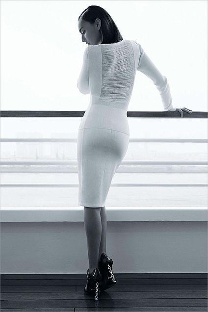 ぴったりしたドレスを着ている長谷川潤