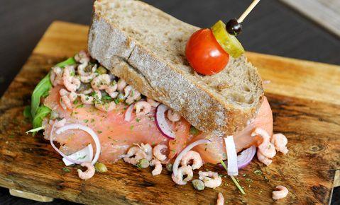 Clubsandwich van B'rustiek brood met zalm en garnalen, sla en huisgemaakte dillemayonaise.