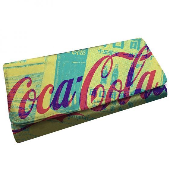 Carteira Newspaper Coca-Cola, com superfície brilhosa e linda estampa. Em breve em nossa Loja Virtual.