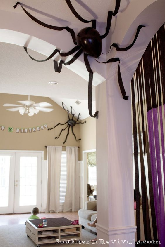 Balão e papel crepom fazem aranhas. Balao branco com desenho para fantasmas