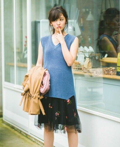鈴木愛理レースのスカートで可愛い仕草の画像