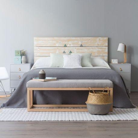 Cabecero 'Happy' de estilo natural, formado por tres lamas de madera de abeto, realizado y pintado a mano, acabado a la cera natural. Disponible para cama de 90, 135, 150, 160 y 180.