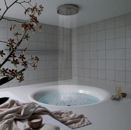 En este baño hay sólo una bañera muy grande y algunas plantas. Este baño es para relajarse.