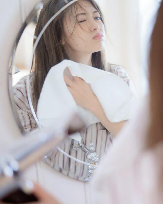 鏡の前の白石麻衣