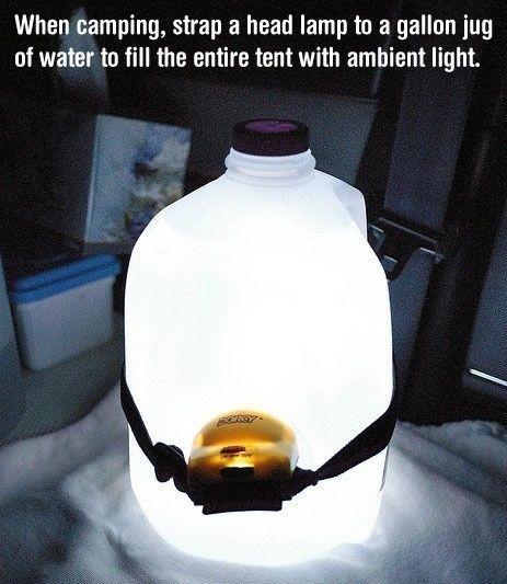 Richte eine Stirnlampe in einen Wasserkanister, um eine perfekte Laterne zu erhalten.   39 Camping-Hacks, die einfach nur genial sind