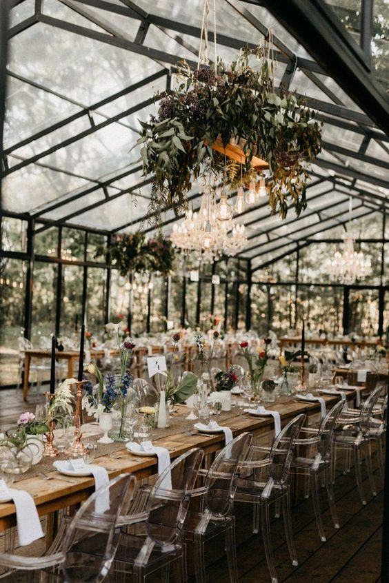 Long farmhouse tables, clear chairs, and plenty of greenery create a laid-back yet elegant style | Image by The Le Sueurs