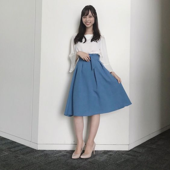 水色のスカートが可愛い山本萩子アナ