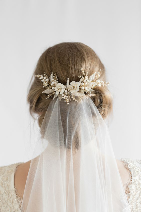 This hair comb is a charming piece to frame your hairdo and attach the flyaway veil.: