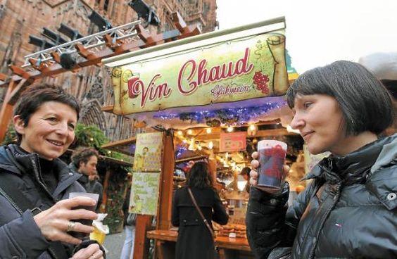 C'est l'une des grandes nouveautés – expérimentale – du marché de Noël 2012. En un week-end, les gobelets réutilisables (consignés à 1€) pour la consommation de vin chaud notamment, ont déjà fait des adeptes. «ça se fait déjà ailleurs, mais c'est une très bonne idée», confie le Strasbourgeois Georges. D'autres visiteurs ont même décidé de le conse