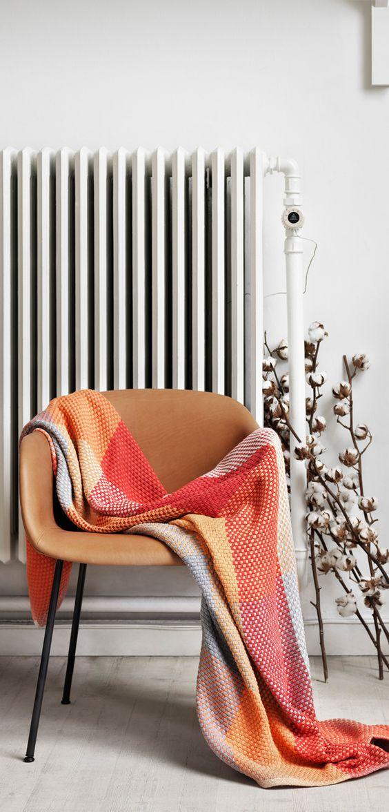 """El tiro Loom añade vida y colores a cualquier sofá. El diseñador Simon Clave Bertman dice sobre su diseño: """"Me fascina jugar con formas y colores para llegar a un patrón dinámico y geométrica. Hay un patrón sistemáticamente seleccionado detrás del diseño de Loom, que está perfectamente ordenado y sin embargo aparece al azar.  Loom está hecho a mano con el algodón más suave. El patrón de Loom te permite """"crear"""" un nuevo tiro cada vez que lo pliegues."""""""