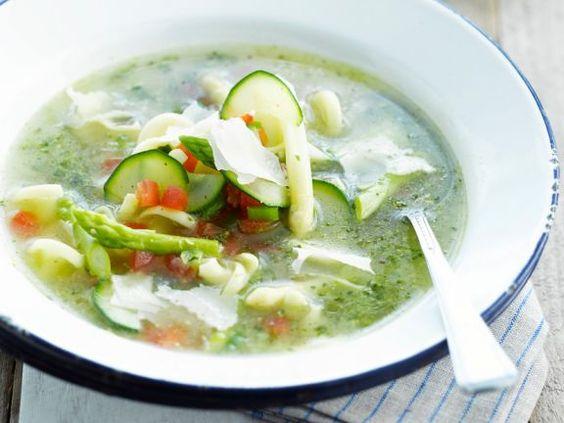 Gemüsesuppe mit Nudeln und Kräutern ist ein Rezept mit frischen Zutaten aus der Kategorie Brühen. Probieren Sie dieses und weitere Rezepte von EAT SMARTER!