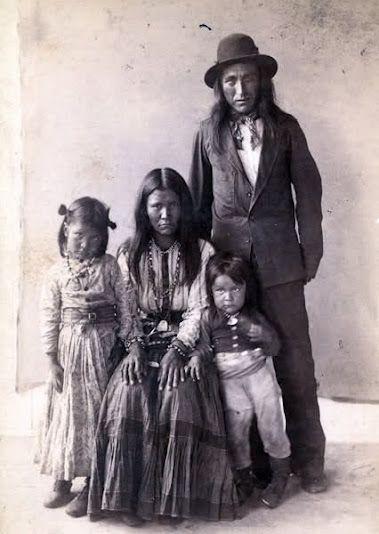 Kaytennae com sua esposa, Gouyen e seus filhos.  Apache família indiana .: