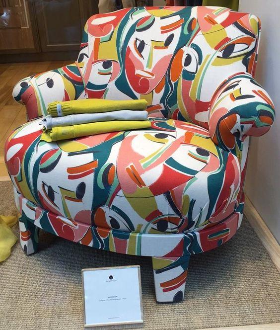 "Propuesta de ""Promemoria"" sillón tapizado con tela ""kagura"" de Pierre Frey (lino impreso con máscaras de teatro tradicional japonés que se superponen parcialmente con colores brillantes) Más info: http://lemurier.net/"