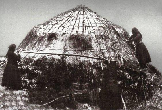 ΣΑΡΑΚΑΤΣΑΝΕΣ ΣΤΟ ΜΙΤΣΙΚΕΛΙ ΤΟ 1922 ΕΠΙΣΚΕΥΑΖΟΥΝ ΤΟ ΚΟΝΑΚΙ ΦΩΤΟΓΡΑΦΙΑ - C. HΟΕG