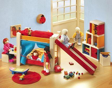SE4363 Selecta Ambiente Puppenhaus-Kinderzimmer  Das schicke Kinderzimmer wird zum Erlebnisspielplatz. Die Rutsche ist flexibel versetzbar, die Regale im Cube-Style lassen sich varaibel aufstellen, in den Tonnen mit Deckel kann das Spielzeug wunderbar verstaut werden & das Hochbett mit Vorhängen dient als Showbühne oder Versteck.  Inhalt: 1 Etagenbett mit integriertem Schreibtisch, variabler Rutsche, Vorhang und Bettwäsche, 2 Truhen mit Deckel, 1 variabel aufstellbares Regal, 1 Wandbild…
