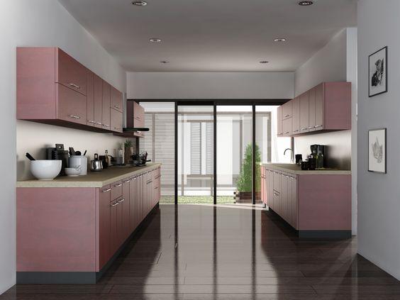 عکس آشپزخانه کوچک و باریک شیک با کابینت های گلاس زرشکی متالیک