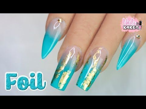 Uñas azul turquesa con dorado