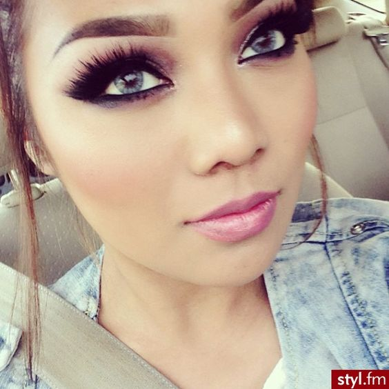 how to put on fake eyelashes before or after makeup