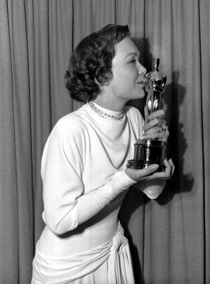 "Jane Wyman kisses her Oscar awarded her in Hollywood for her Best Actress role in ""Johnny Belinda"" in this March 24,1949 file photo. (AP Photo/FILE)"