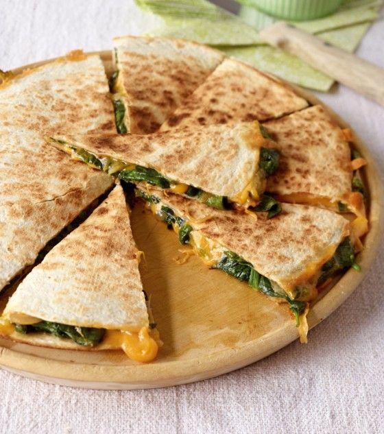 Spinat-Quesadilla: Dieser spanische Snack macht ordentlich was her, mit frischem Spinat, Cheddar und Chili.