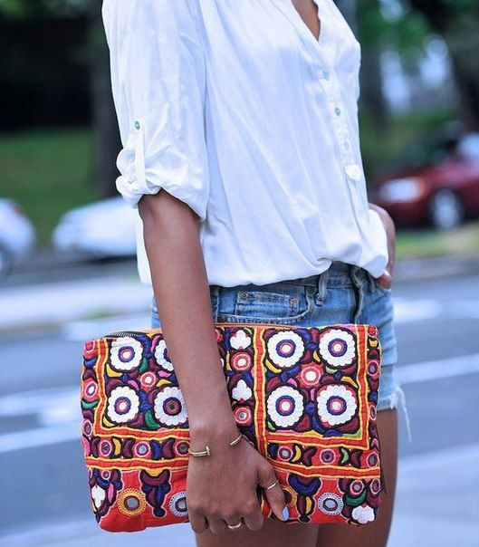 Trendy refill: ethnic print clutches mix well with everyday outfits. Bigger sizes help your body appear more petite.