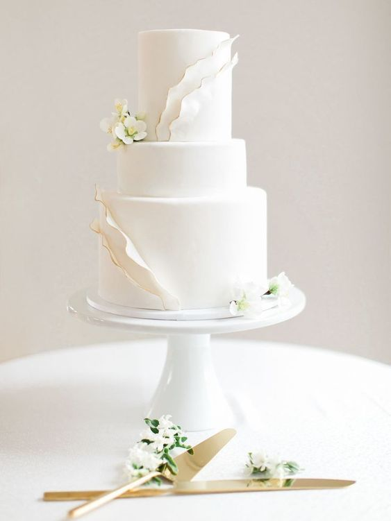 25 Timeless Yet Trendy All-White Wedding Cakes #weddingcakes; #allwhite; #wedding; #cake