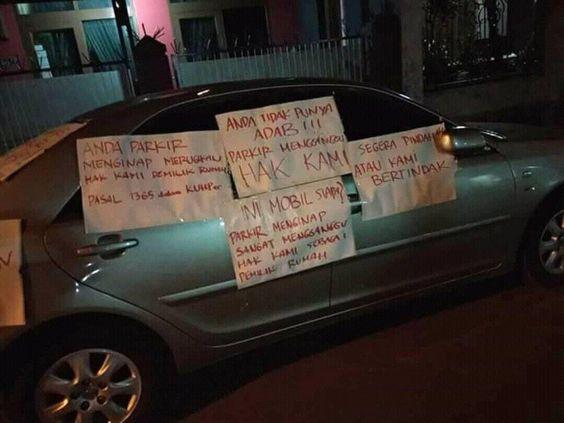 Mobil parkir menginap/Facebook