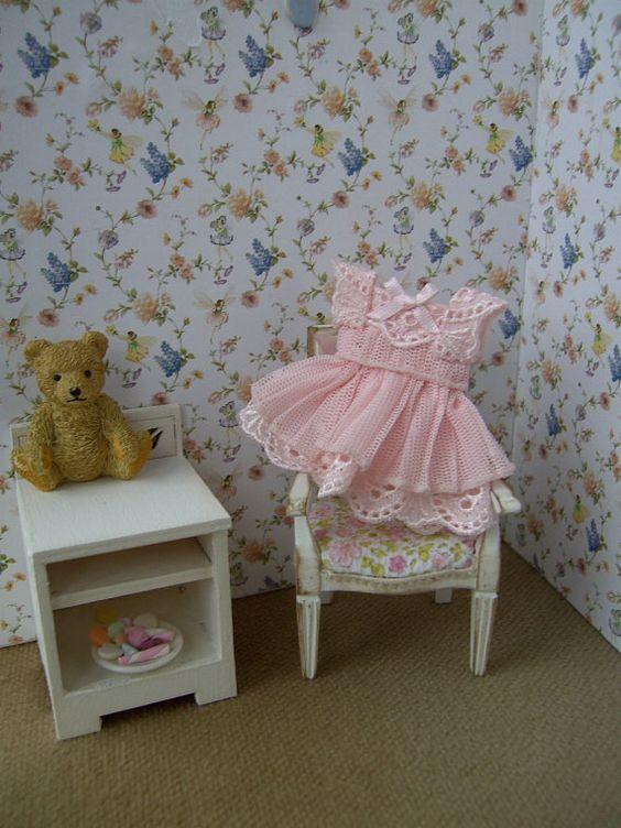 Puppenhaus Mädchens Anzeige Kleid. Blass rosa Tüll und Baumwolle. Handgemachte. 1/12 Skala. Puppenhaus Miniatur. Puppenhaus-Kleidung.
