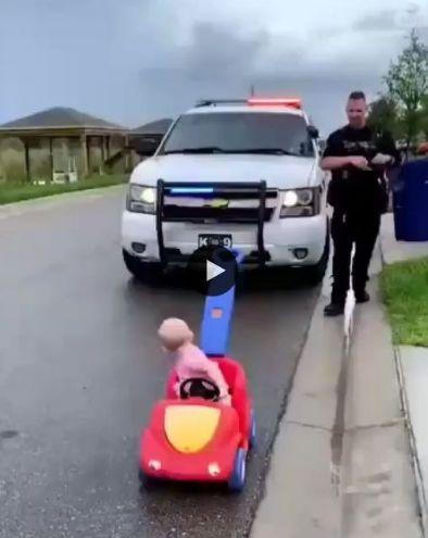 policial brinca com menininha