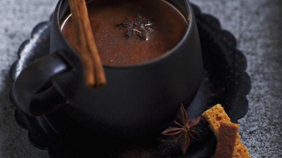 Schmeckt und wärmt von Innen: Schokoladensuppe mit Gewürzen | http://eatsmarter.de/rezepte/schokoladensuppe-mit-gewuerzen