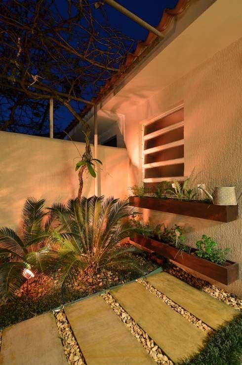 Área de Lazer na cidade: Jardim translation missing: br.style.jardim.rústico por Stefani Arquitetura