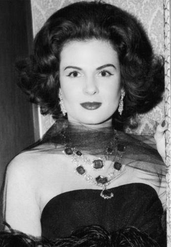 Dolores Sherwood Bosshard wearing lot 512