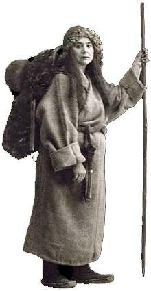 « Alexandra David-Néel en pèlerine - mendiante tibétaine portant sur le dos ses bagages, l'unique marmite composant toute sa batterie de cuisine et un soufflet tibétain fait d'une peau de chèvre pourvue d'un long tuyau, ustensile indispensable pour allumer le feu de bouse de yacks. C'est dans ce déguisement qu'elle réussit à pénétrer à Lhassa.