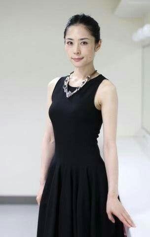 深津絵里黒いドレス姿でこちらを見つめる画像