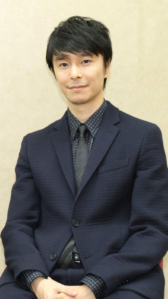 紺のスーツの長谷川博己