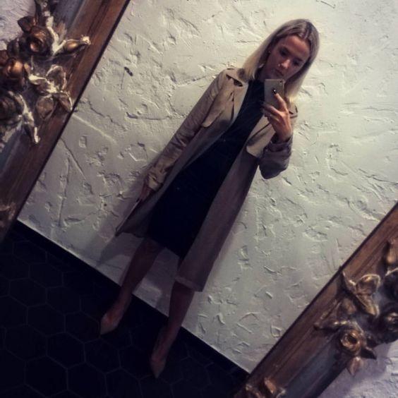Magda K. sur Instagram: U cioci na imieninach...   #ootd #ootn #blackdress #black #nude #camel #camelcoat #highheels #mirror #selfie #polishgirl #blonde #girl #instafashion #blogger #fashion #shorthair #zaradaily #zaradress #zara #newlook