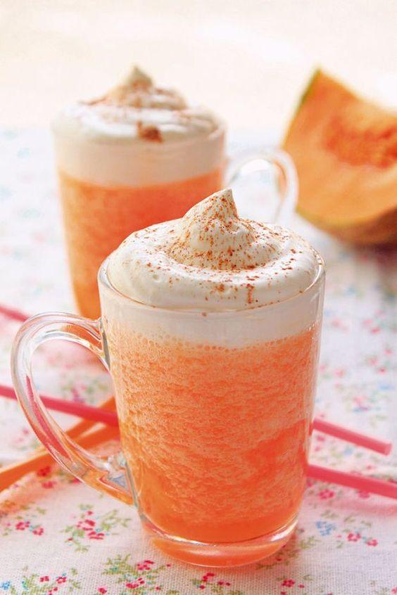 Cappuccino glacé au melon-1 gros melon charentais, porto blanc (facultatif), 6 glaçons, sucre vanillé (facultatif), 20 cl de crème liquide, 1 c à café de cannelle