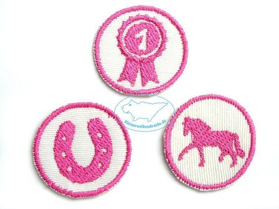 PFERD-3er-Set Mini-Applikationen Aufbügler rosa für 4.50 EUR Applikationen-Set *PFERDE-Liebe* zum Aufbügeln! 3 kleine Motive Pferd, Abzeichen und Hufeisen in rosa sind perfekt für alle großen und kleinen Pferde-Freunde.   Verschönere Deine Sachen mit lustigen Sprüchen, Namen oder Initialen! Einfach aufbügeln, fertig!  Die Mini-Aufbügler sind 3cm klein und wie geschaffen um kleine Löcher oder Flecken abzudecken. Macht auch Freude als kleines Geschenk für die Schultüte, Adventskalender oder…