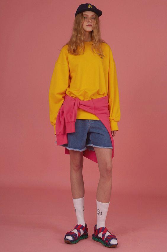Jaune poussin, rose bonbon, short en jean et sandales de curés...Charme régressif