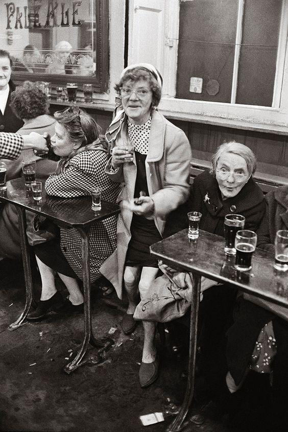 Sherry-Trinker in einem Pub im Glasgower Arbeiterstadtteil Gorbals, 1968  |  © Jürgen Schadeberg/Mitteldeutscher Verlag
