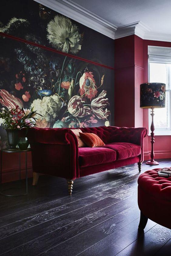 Inspiration déco pour choisir un papier peint dark floral dans son salon | canapé velours rouge | déco salon
