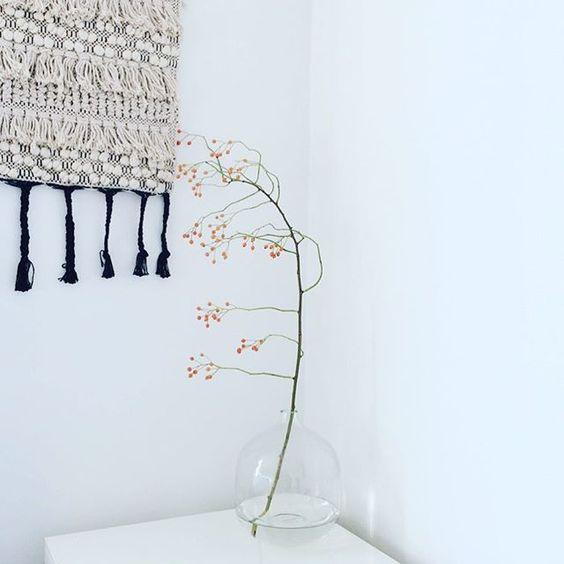 Herbstdeko mit Hagebuttenzweig und Bloomingville-Vase Pippilotta151