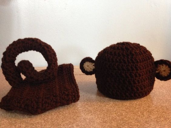 Adorable monkey hat and diaper cover with long curly tail. Perfect for your little monkeys first photo shoot! Hat and cover are standard