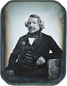 """Louis Daguerre era um artista francês e um fotógrafo. Reconhecido pelo descobrimento da câmara escura, assume o protagonismo do """"inicio"""" da fotografia."""
