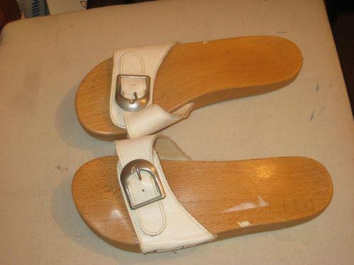 Houten slippers,bijna ieder meisje in de jaren 60 had deze met een rode band. Op een gegeven moment mochten ze niet meer aan naar school, maakte teveel herrie op de schooltrappen......