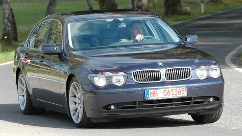 BMW 7er E65  2001-2008  Die vierte Generation des BMW 7er kam 2001 als Nachfolger des BMW 7er (E38) auf den Markt. Der BMW 7er (E65) war eine viertürige Limousine der Oberklasse. Der 7er BMW wurde mit folgenden Motoren angeboten: 3,0- bis 6,0-Liter-Benziner (231-445 PS) und 3,0- bis 4,5-Liter-Diesel (218-329 PS). Das Modell wurde als erstes mit dem Bedienkonzept iDrive ausgestattet. Der letzte BMW 7er (E65) lief 2008 vom Band.