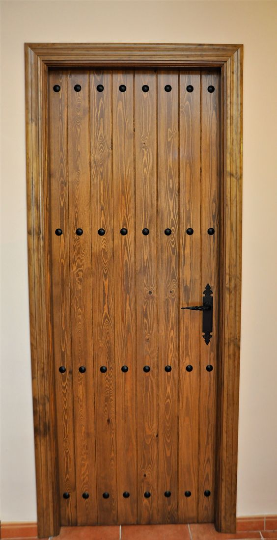 Puerta rustica con clavos gitanos puertas madera - Puertas rusticas interior ...