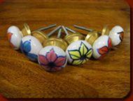 """Petits boutons et poignées en céramiques peintes main""""fleur"""". Idéal pour la personnalisation de vos meubles ! Il suffit d'un trou et ces poignées en porcelaine donneront un aspect nouveau à votre meuble. Elles sont toutes réalisées et peintes à la main. Tous les petits boutons """"fleur"""" ont un diamètre de 36 mm. Pour vous faciliter l'installation, toutes les poignées et boutons sont livrés avec les vis nécessaires à leur fixation."""
